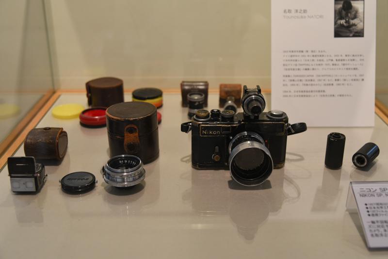 写真家・名取洋之助氏の機材と作品が展示されている