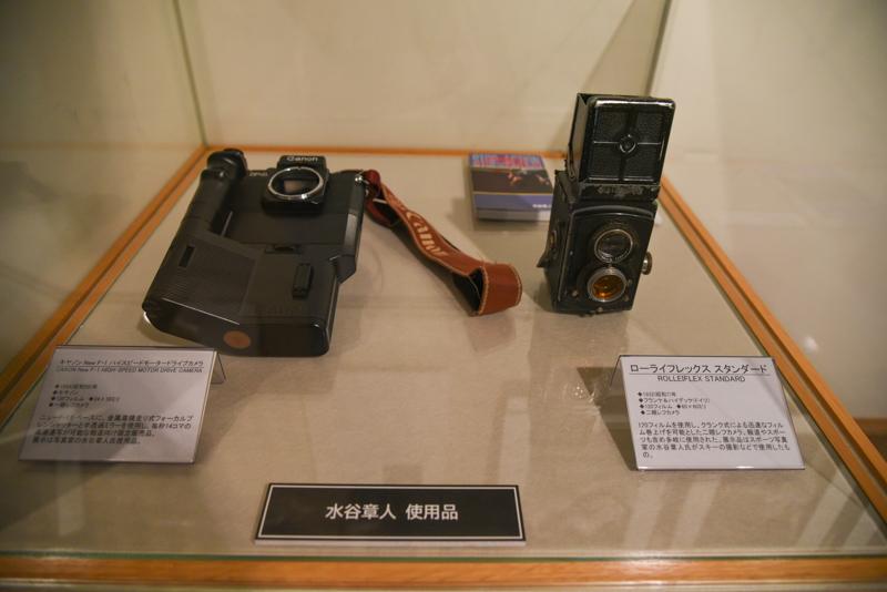 写真家・水谷章人氏の機材と作品が展示されている
