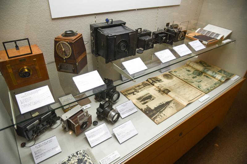 「初期の報道用カメラ」。画像左上の「アンシュッツカメラ」(ドイツ。1890年頃)は1882年にオットマール・アンシュッツが発明した最高速度1/1,000秒のフォーカルプレーンシャッターを搭載。こうしたカメラはその後1940年ごろまで報道写真に使用されたという