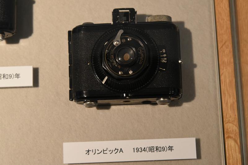 リコー製カメラのルーツだという「オリンピックA」(1934年)。オリンピックの名を冠したカメラの集まりも。