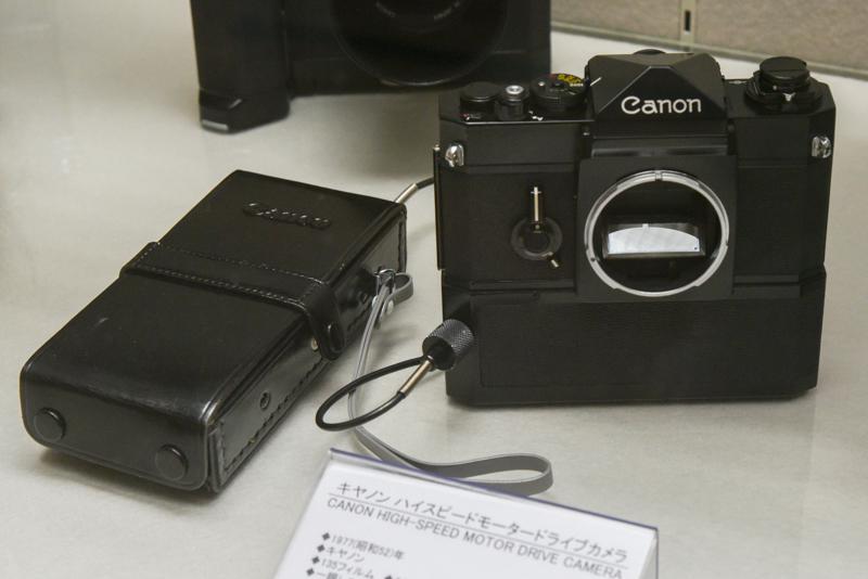 キヤノン ハイスピードモータードライブカメラ(1977年。キヤノン)。「キヤノン F-1」をベースに半透明ペリクルミラーの採用で反射ミラーの往復をなくし、高速連写を可能とした