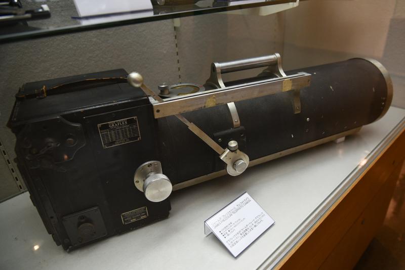 ジェームズ・フレッツォリーニ テレフォトカメラ(1930年頃。アメリカ・ジェネラルリサーチ)。焦点距離36インチ(約914mm)F6.5のレンズを装着した、5×7インチ判の一眼レフカメラ