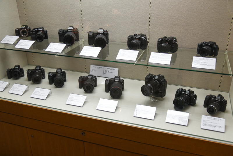 ソニーのトランスルーセントミラー・テクノロジー初号機「α55」や、各社のミラーレスカメラ