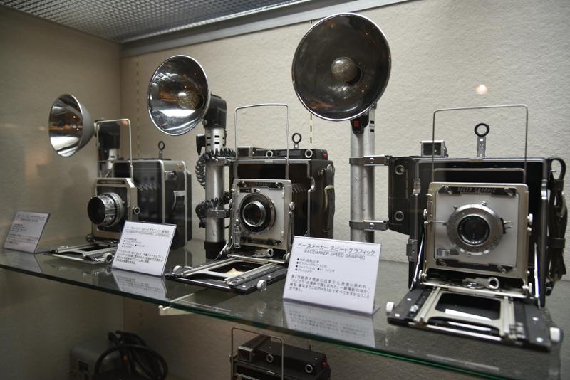 """アメリカのグラフレックス社が製造した、通称""""スピグラ""""こと「スピードグラフィック」。堅牢性があり、フォーカルプレーンシャッターを内蔵し、レンズ交換の自由度が高かったことから、第2次世界大戦の前後で幅広く活躍。一般撮影のほか、接写や複写までこのカメラ1台でまかなえるほど多用途に使えたため、新聞社のカメラマンに多く使われた"""