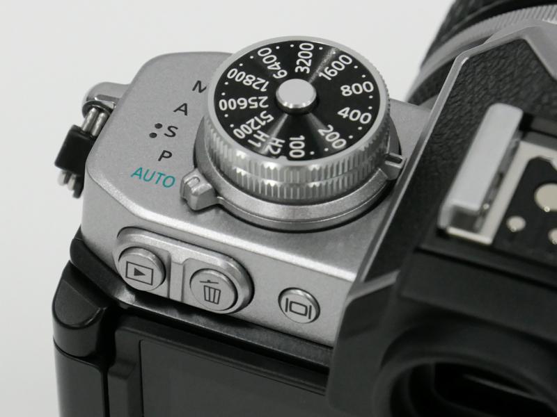 再生ボタンと削除ボタンは左手側に配置。高さを変えて押し間違いを防ぐ配慮。