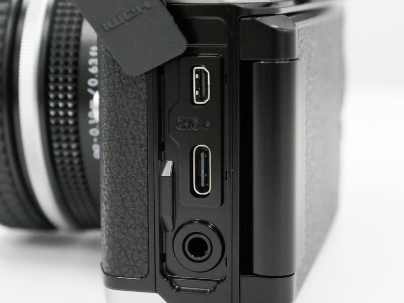 側面にUSB Type-C端子を用意。充電/給電の両方に対応する。Z 50はmicroUSB。