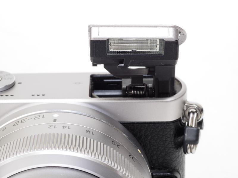 内蔵フラッシュがポップアップ式のため、普段は発光部が隠れているのは評価していますが、今回のレビューまで使用経験は一度もなしです。
