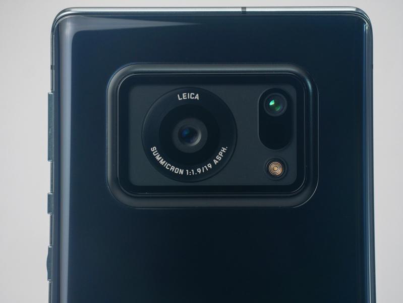 大型のレンズがひとつ。ライカブランドのレンズを搭載しているので期待が高まる。その隣に並ぶのは測距用のToFカメラとLEDフラッシュ