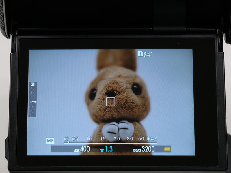 レンズを装着してカメラの電源を入れた直後の状態。絞りは開放側のF1.2にセットしているが、「T1.3」と表示された