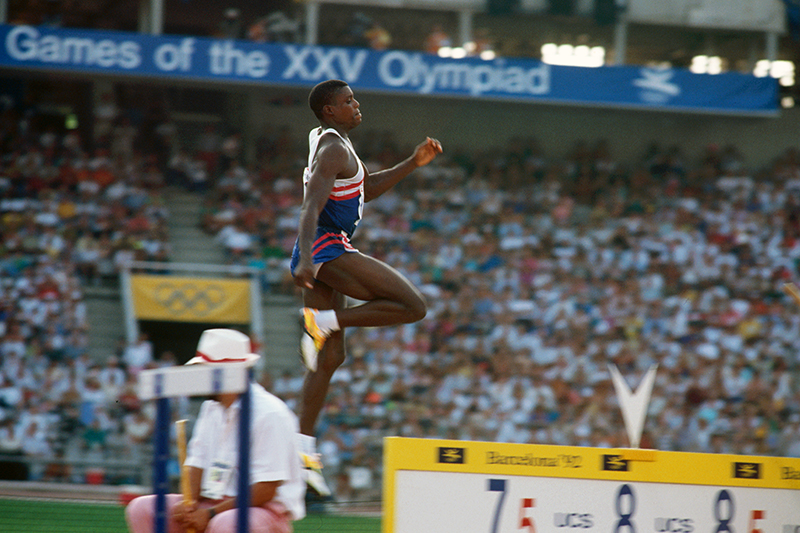 カール・ルイス(USA)/バルセロナ(1992)<br>走り幅跳びで個人種目3連覇を達成したカール・ルイス。続くアトランタ五輪の走り幅跳びでもルイスは金メダルを獲得し、ロサンゼルス、ソウルと合わせて個人種目4連覇の偉業を達成した。アメリカがボイコットしたモスクワ五輪にも19歳で代表に選ばれていたから、もし出場していたら……と思ってしまう(写真・アーサー・ティル)