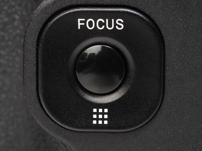 グリップの後ろにあるフォーカス用のボタンですが、とてもシンプルです。AFエリア切り替えはとてもシンプルだけど、超広角レンズだし、問題ないですね。