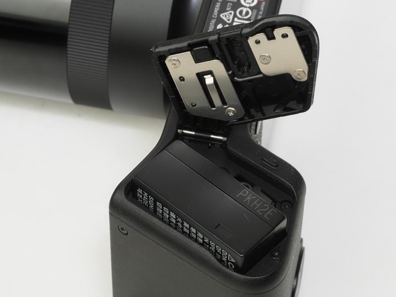 バッテリー室です。カメラを購入するとバッテリーは2個同梱されています。こういう配慮って大事です。これなら誰も「バッテリーがすぐになくなるじゃないか」と文句言いませんし。