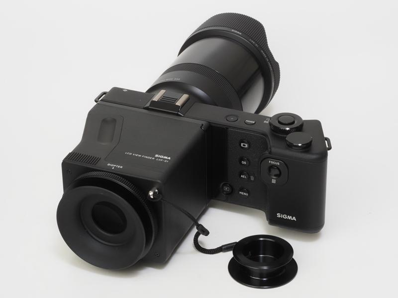 LCDビューファインダーを装着した背面。外付けの光学ファインダーもあるんですけどね。見え方は悪くないけど、dp Quattroシリーズはそれなりに画質を追い込みたくなる部類のカメラだから、しっかりとフォーカシングを確認したいわけです。