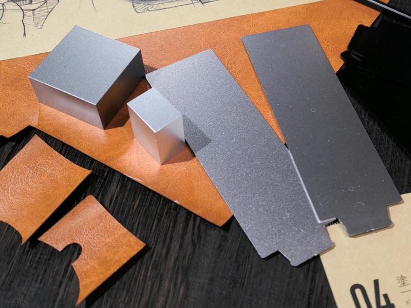ニコンプラザに展示されていたシルバーとブラックの塗装見本。