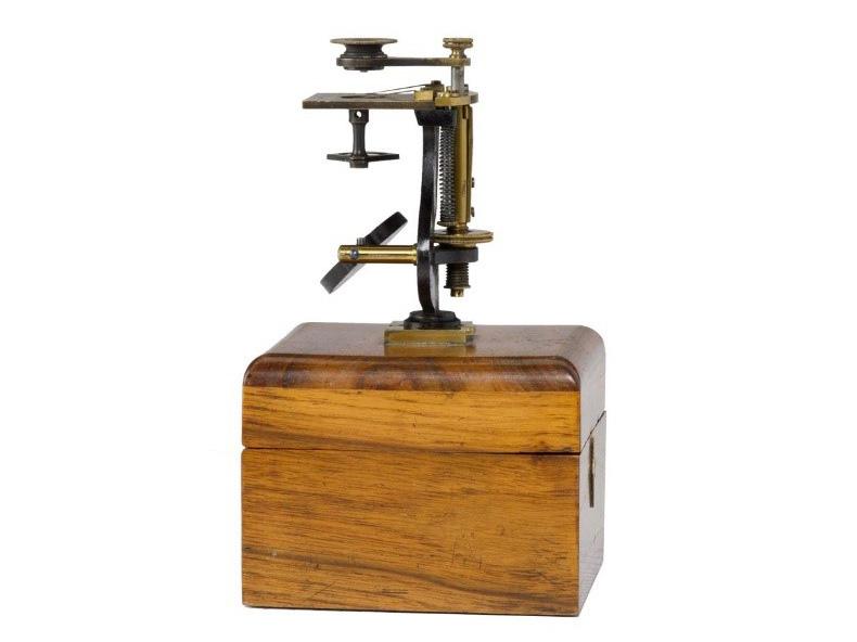 1847年にカールツァイスが製造した顕微鏡