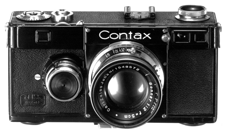 1932年に登場したコンタックスI型(通称ブラック・コンタックス)。1934年にその交換レンズとして登場した「ゾナーF1.5」により、ツァイスレンズとコンタックスの優秀さは広く知られるところになる。