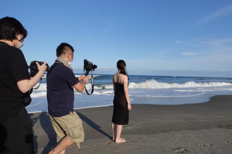 緑川ちひろさんの撮影シーンから。佐藤がソニー機で動画を撮影し、近井がOM-Dでスチルカットを収めています