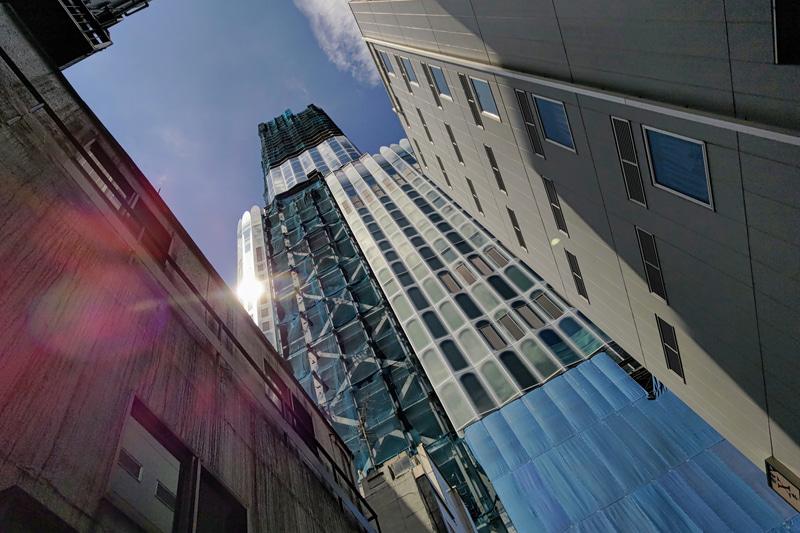 「コンクリートジャングル」って死語ですね。すみませんが、街中を歩いていると、語彙に乏しい私はそのくらいの言葉しか浮かびません。建築中の建物に向かい、けっこう強めの太陽のリフレクションを入れたら、お待ちかねのゴーストが出ました。<br>Leitz Phone 1(F1.9・1/12,800秒)ISO 53
