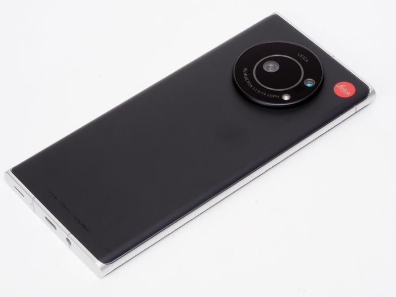 生身のLeitz Phone 1です。セーム革とかを用意して磨きましょう。