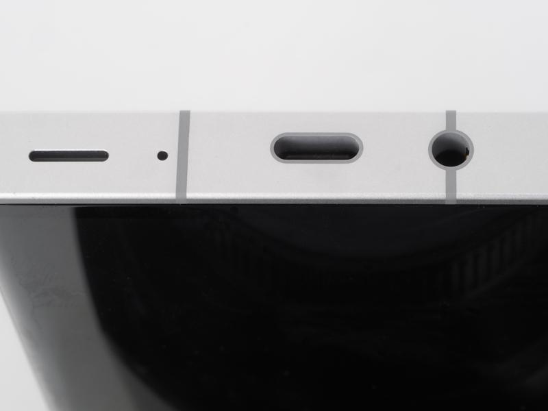 底面。左からスピーカー、マイク、USB Type-C端子、3.5mmヘッドフォンジャックと並んでいます。