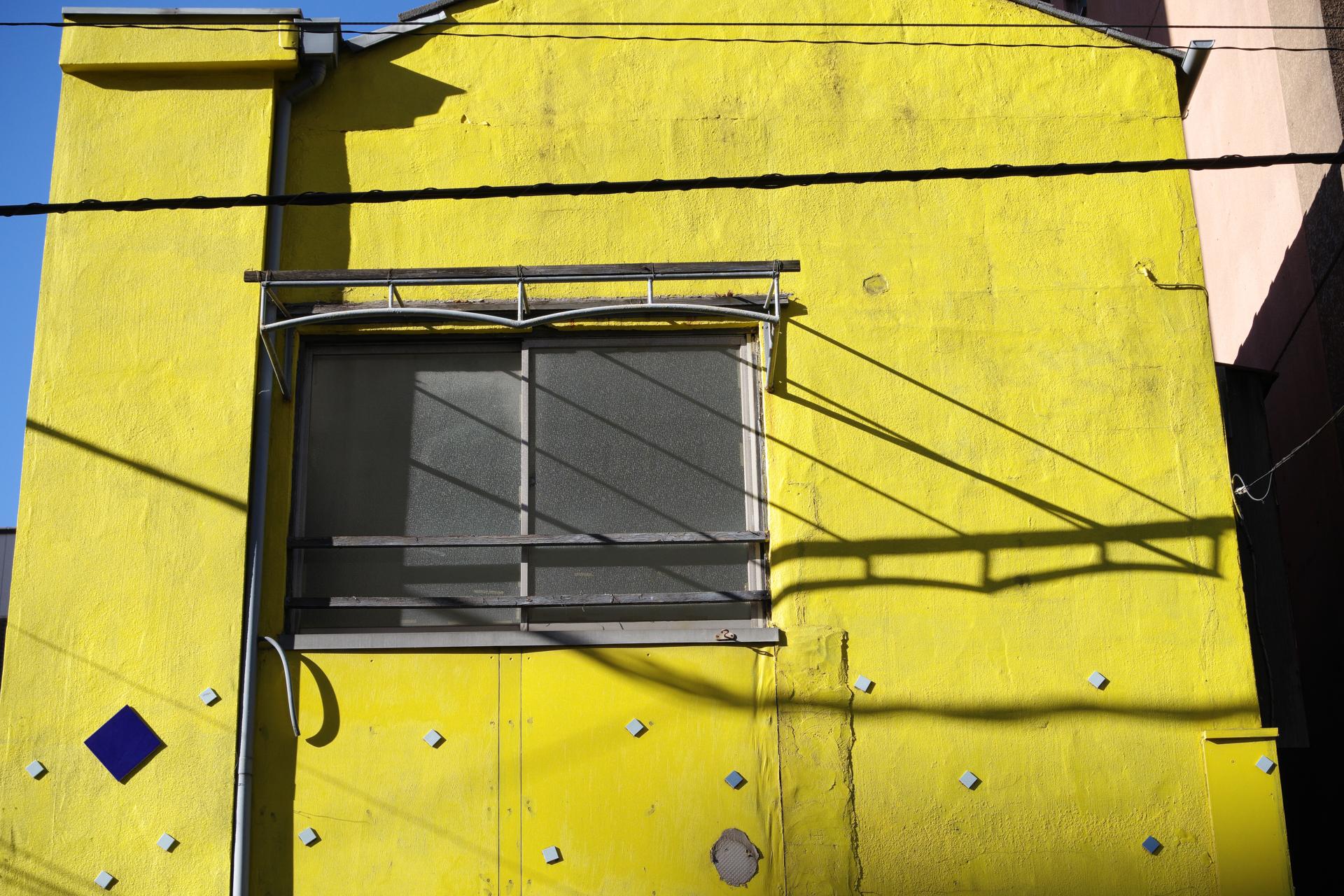 """黄色い壁の家。年月を経た適度なヤレが郷愁を誘うわけですが、住んでいる人は気に入っているという感じがわかるわけです。ディテール描写がいいですね、なんて無理に説明していますが結局は筆者の""""好物""""です。<br>PENTAX K-3 III HD-PENTAX DA 20-40mm F2.8-4 Limited(F9・1/500秒)ISO 400"""