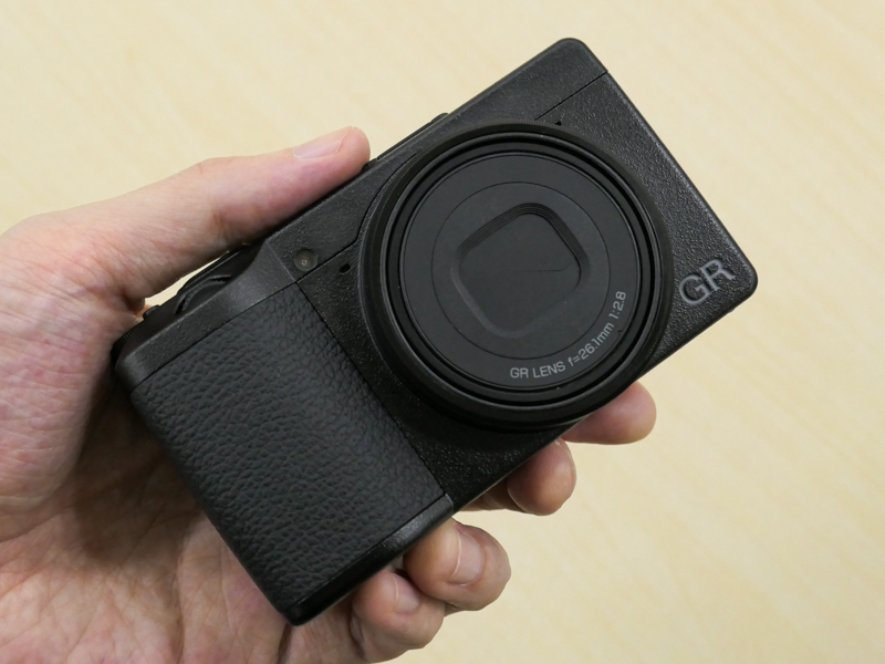 レンズ銘板が「26.1mm」であればGR IIIxだ