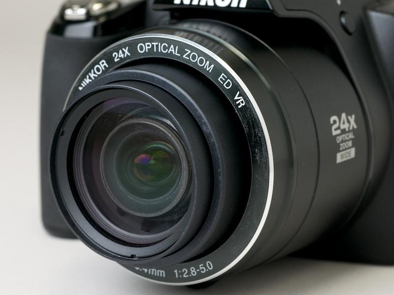 <b>26〜624mm相当の24倍ズームレンズを搭載</b>