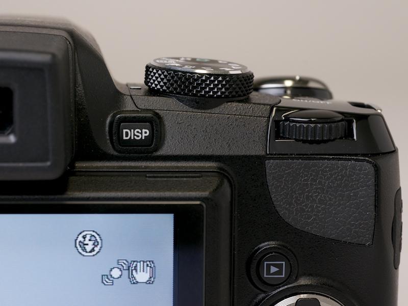 <b>コマンドダイヤルを装備。絞り値とシャッター速度の調整に使う。露出補正は十字ボタンを使用</b>