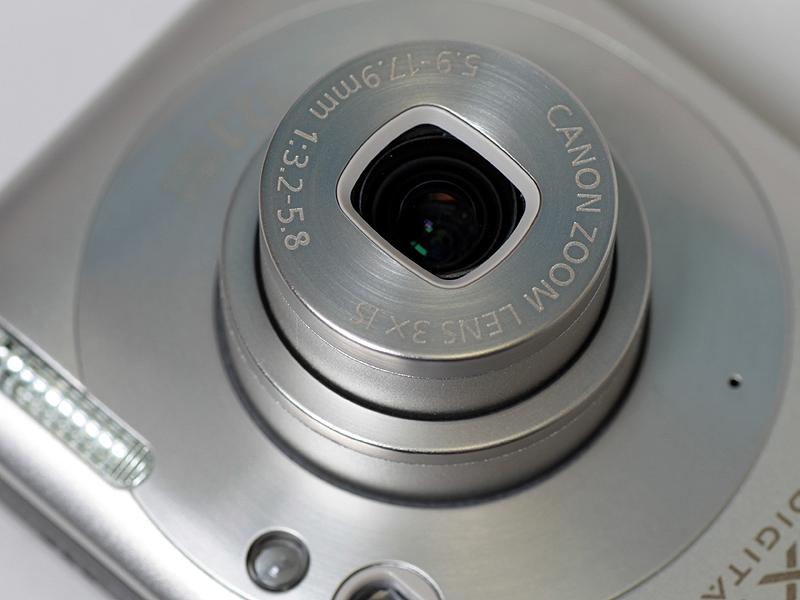 <b>レンズは、画質的に有利と言われているストレート沈胴方式。焦点距離は33~100mm相当だ</b>