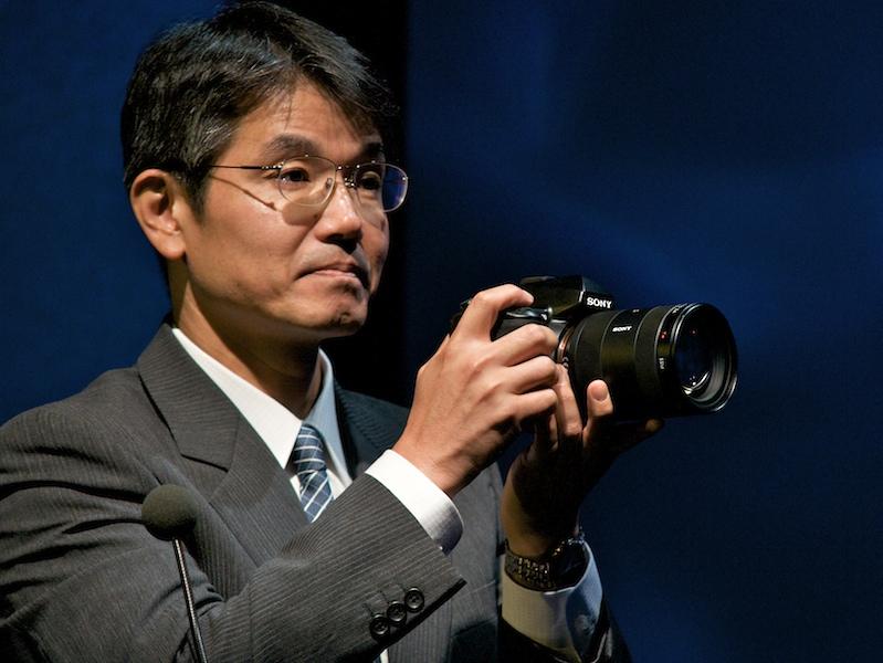 <b>2008年9月の特約店向けイベントにて、α900を手にする石塚茂樹氏</b>
