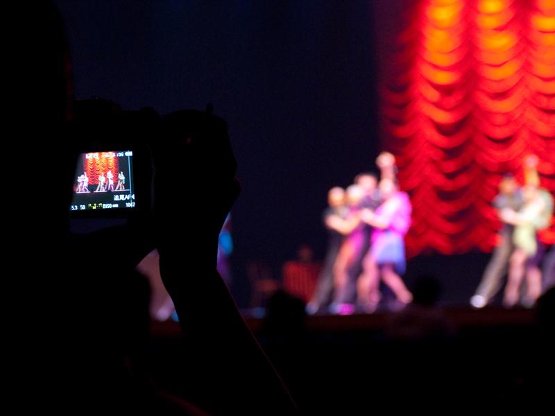 <b>開演前の劇場は貸切状態。参加者は思い思いの場所に移動してシャッターを切っていた</b>