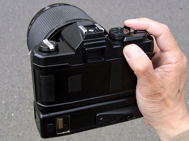 <b>このカメラは貼り皮が経年劣化でボロボロだったので、全てはがしてしまった。ボディ下部にはワインダーが装着されているように見えるが、中にはリングフラッシュの電源回路が内蔵されている。フィルム巻上げはもちろん手動のレバー式。必要最低限の機能がコンパクトに凝縮し、しかも誰でも簡単に失敗しないマクロ撮影ができるよう、さまざまなアイデアが詰まっている。こういうカメラを見ると、非常に参考になるし刺激になる</b>