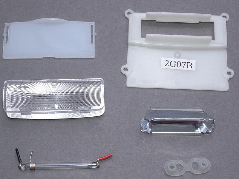 <b>発光部のユニットは、さらにこのようなパーツに分解できる。今回はキセノン管と、「2G07B」のシールの貼られたパーツのみを使用する</b>