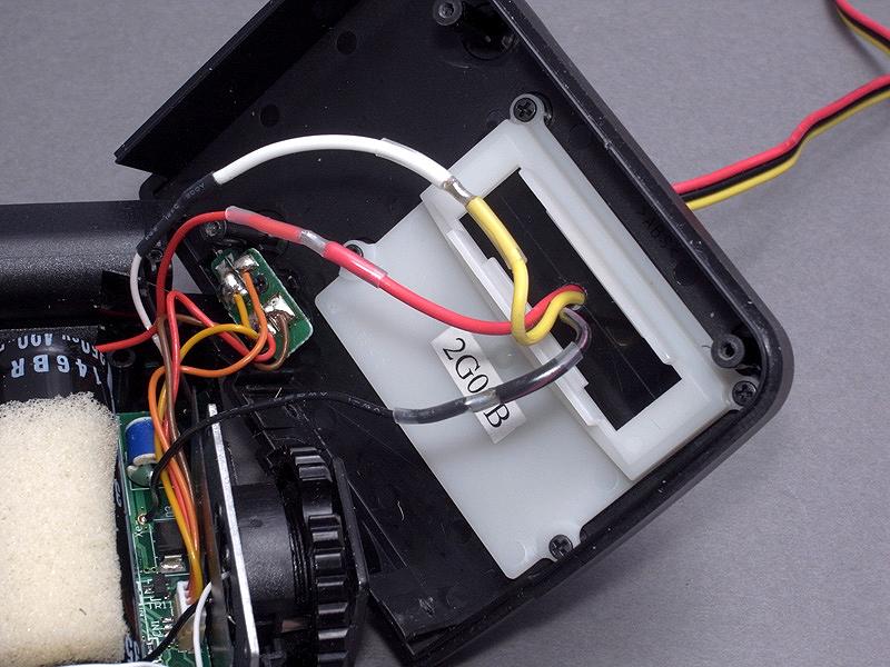 <b>ストロボ回路のコードと、キセノン管の延長コードをハンダ付けする。作業中は異なる色のコードが接触しないよう注意する。今回は白いコードを黄色に置き換えているので、間違えないように。ハンダ付け部分は熱収縮チューブでガードする</b>