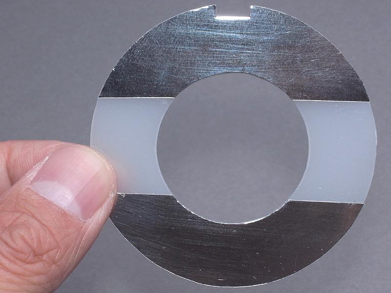 <b>カットしたアクリル板の裏のこのような位置に、薄手のアルミ板を両面テープで貼る</b>