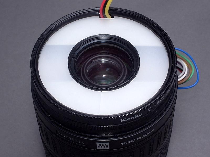 <b>発光部ユニットを、レンズ先端にねじ込むとこんな感じ。これで「最小のマクロストロボ」はひとまず完成である</b>