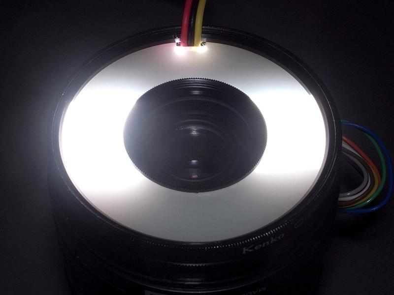 <b>ピカッと光らせるとこんな感じ。キセノン管は1つだが、反射板によって2灯式に振り分けたところがミソである。これで被写体の隅々まで照明が行き渡る照明が可能になった。しかしテスト撮影の結果、光がフラットになりすぎて、被写体の立体感や質感が損なわれる場合があることが判明した</b>