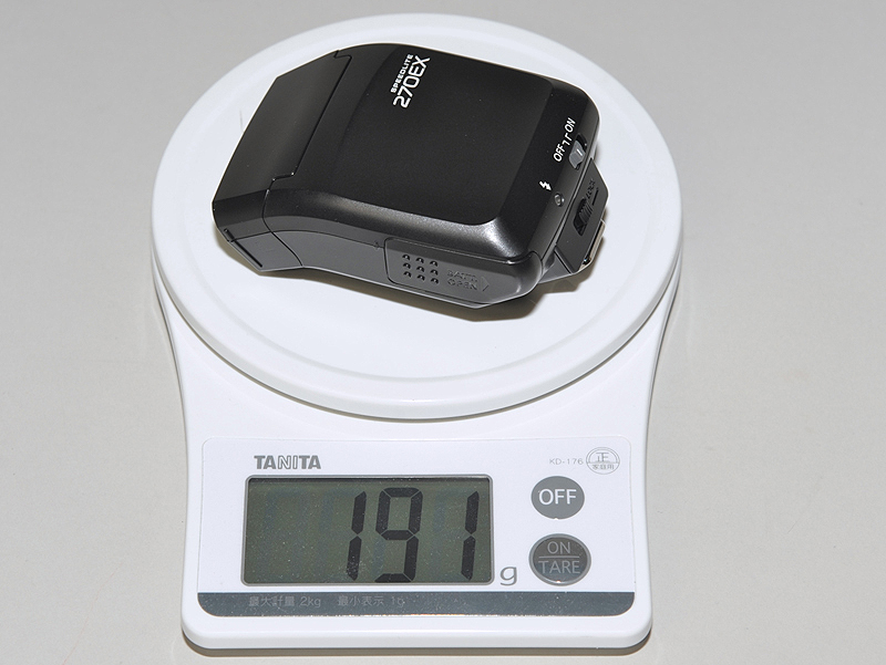 <b>電池を含んでも200gを切る重さ</b>