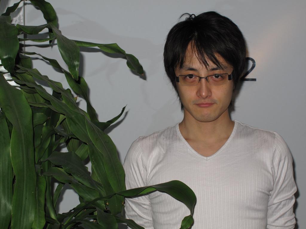 <b>内蔵ストロボで撮影。人物の右側の影が髪と同化してしまい、本来の風貌とは違った印象になってしまった</b>