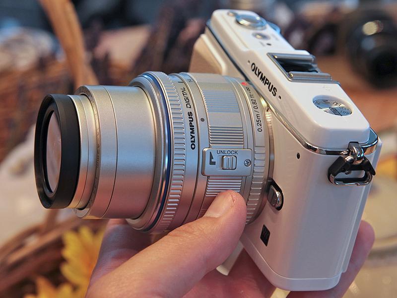<b>M.ZUIKO DIGITAL ED 14-42mm F3.5 5.6を装着(撮影状態に伸張)したところ</b>
