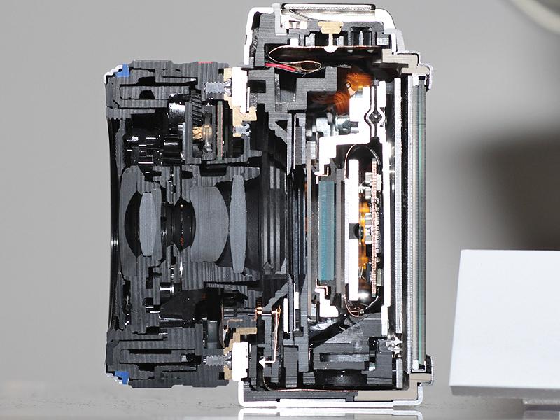 <b>E-P1のカットモデル。ミラーを廃したため薄型化できた</b>