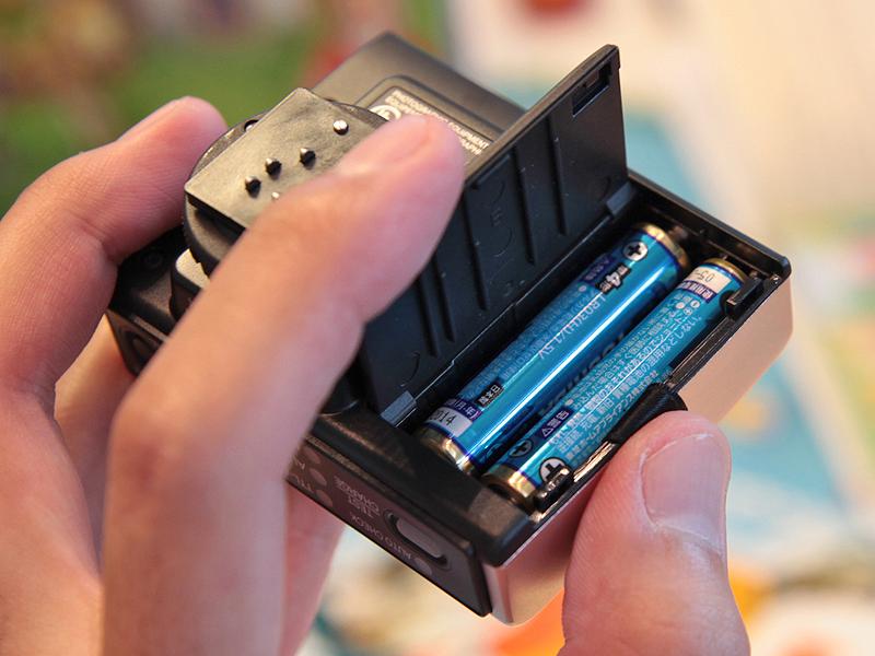 <b>FL-14のバッテリーは単4電池×2本</b>