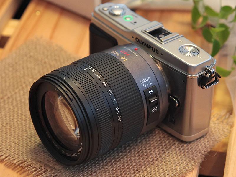<b>パナソニックのマイクロフォーサーズレンズ「UMIX G VARIO HD 14-140mm F4-5.8 ASPH. MEGA O.I.S.」を装着したところ。動画撮影中のコンティニュアスAFも滑らかに動作した</b>