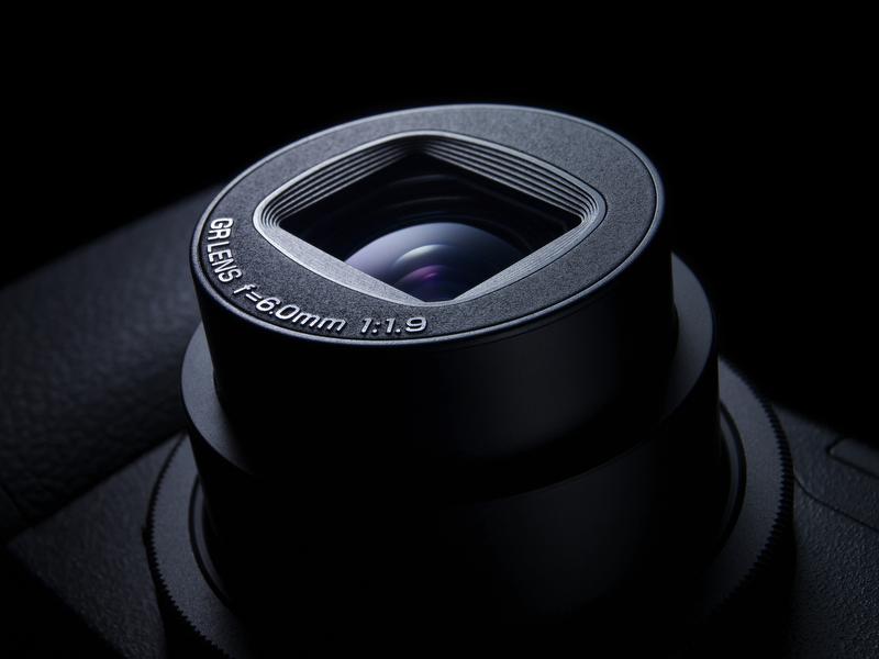 <b>28mm相当・F1.9の大口径広角レンズを搭載。前モデルGR DIGITAL IIは28mm相当・F2.4だった</b>