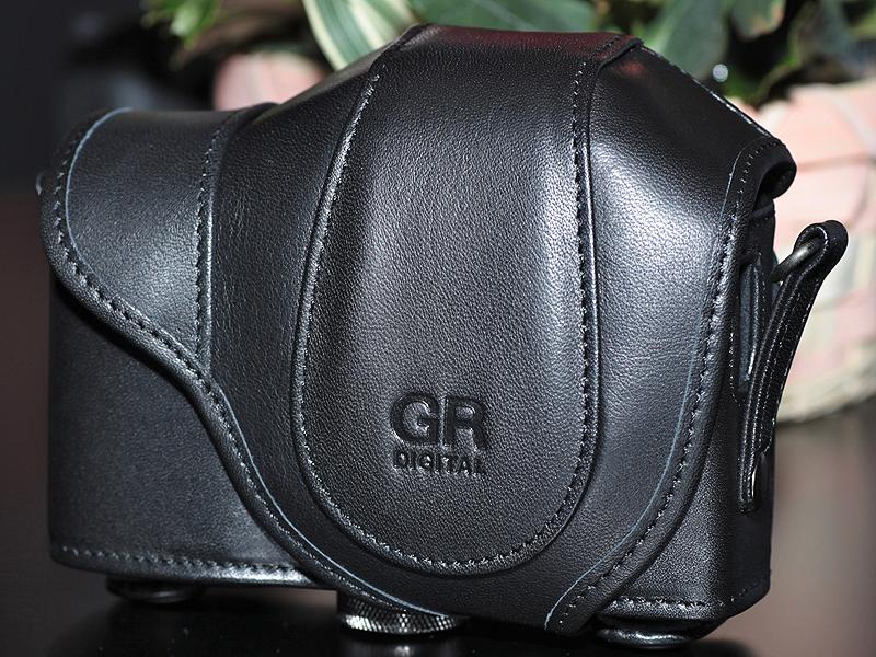 <b>GR DIGITAL IIIと同時発売の速写ケース「GC-4」。ビューファインダー(GV-2)を装着したままカメラを収納できる</b>