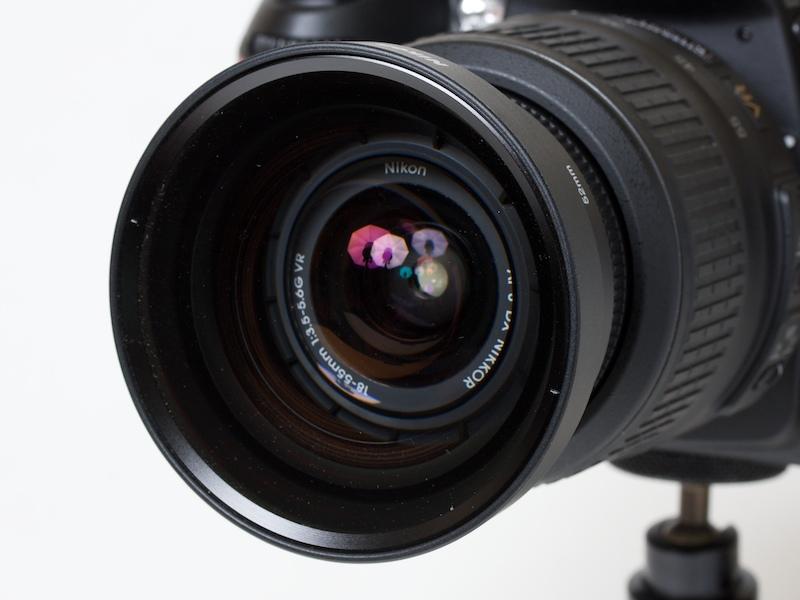 <b>AF-S DX NIKKOR 18-55mm F3.5-5.6 G VRの先端にNH-WM75を装着したところ。結構迫力がある</b>