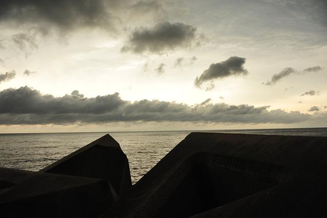<b>皆既日食時の岸壁</b>