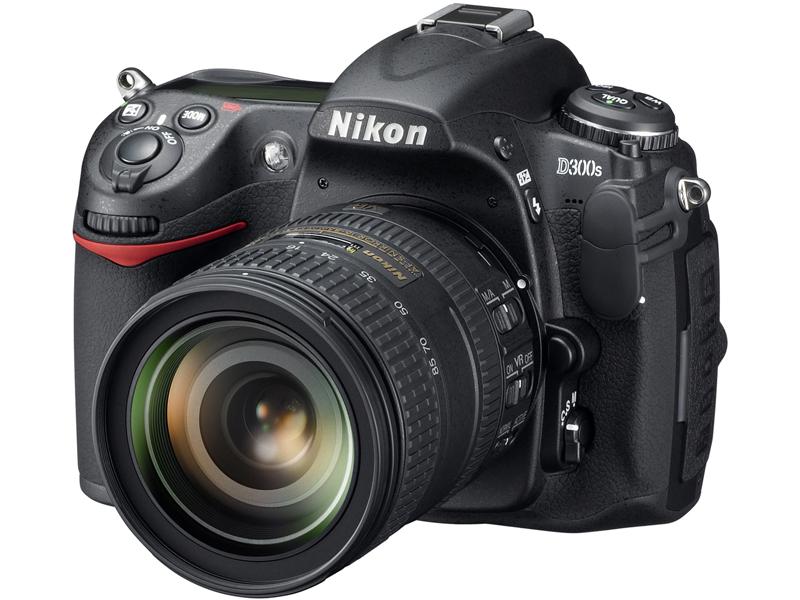 <b>「AF-S DX NIKKOR 16-85mm F3.5-5.6 G ED VR」を装着したD300S</b>