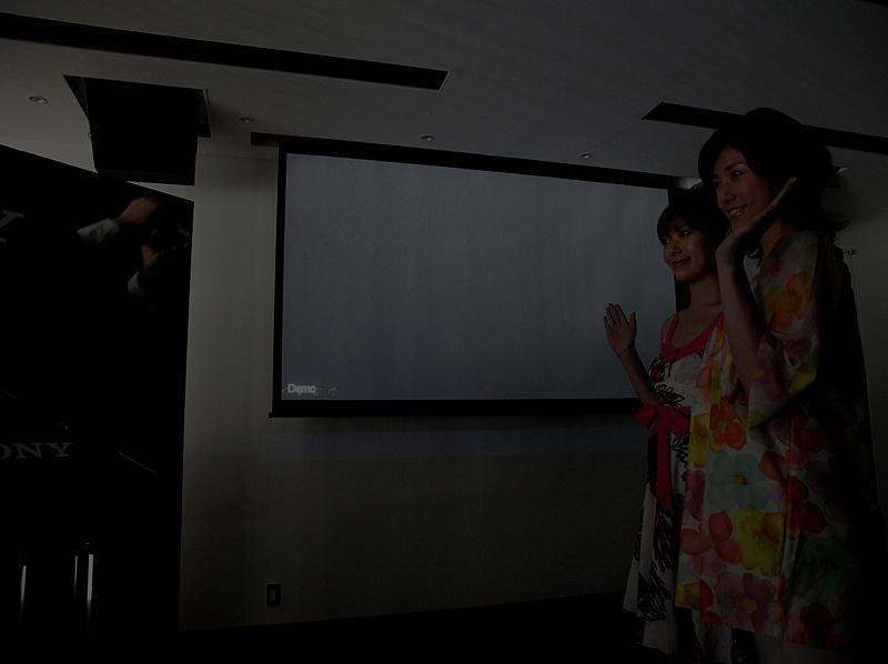 <b>会場の照明を落として、撮影のデモを行なった</b>