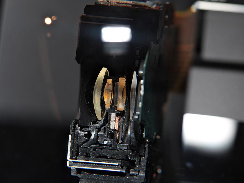 <b>レンズのカットモデル。広角24mm対応で、広角端は開放F2を実現したGレンズ</b>